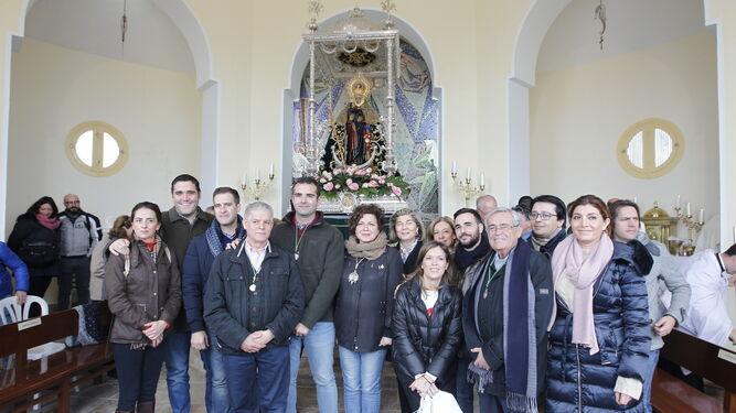 La corporación municipal junto a la Virgen del Mar.