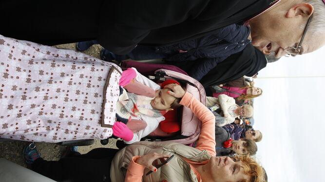 El obispo bendijo, tras la Misa, a esta niña con discapacidad.