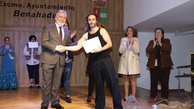 Juan Antonio Almansa entrega un diploma a Esteban Lazo.