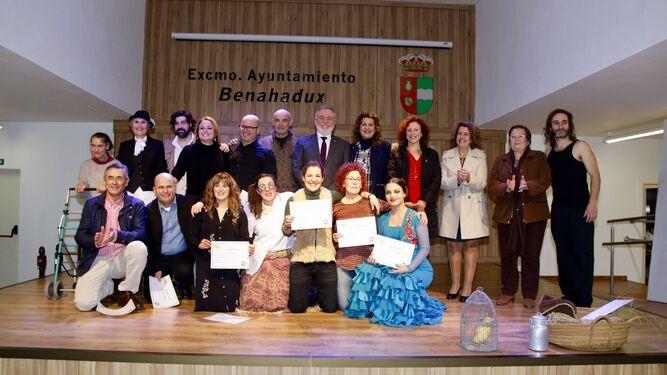 Protagonistas del taller de teatro y autoridades tras la entrega de diplomas.