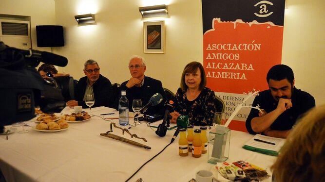 María Teresa Pérez con miembros de la Junta Directiva de 'Amigos de la Alcazaba'.