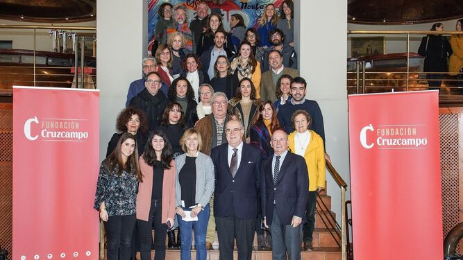 Beneficiarios de la segunda edición de Cultura Viva junto a los responsables de la Fundación Cruzcampo.