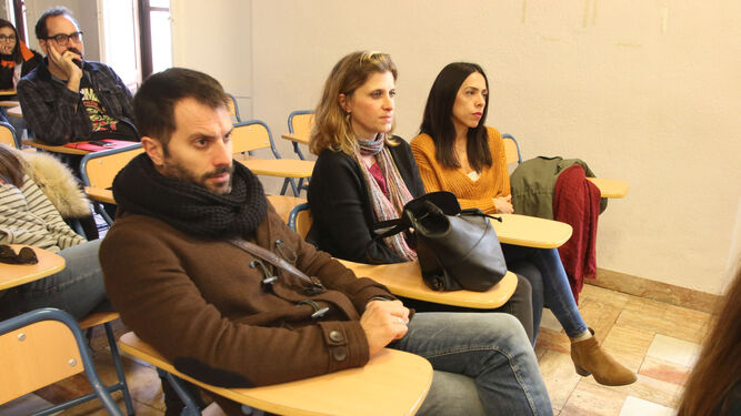 El salón de actos de la Escuela de Arte se llenó de público en la presentación del libro.