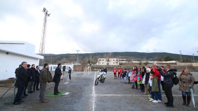 Momento de la presentación pública en la tarde ayer del proyecto de remodelación del campo y pista de tenis anexa.