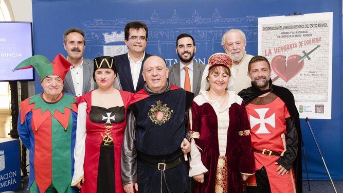 Antonio Jesús Rodríguez, Alfredo Valdivia, Carlos Sánchez y Mariano Sopedra con algunos de los actores de la compañía.