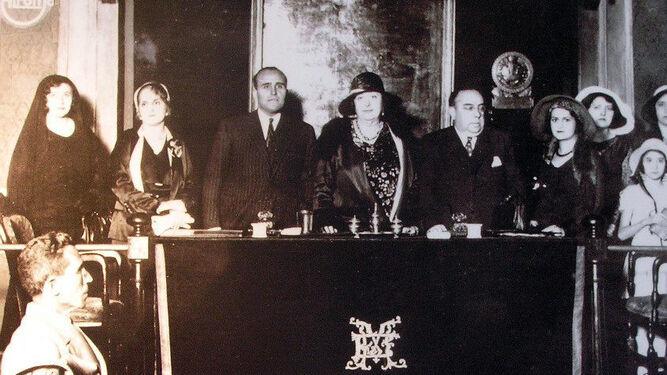 Carmen de Burgos preside un acto en Madrid en 1931.