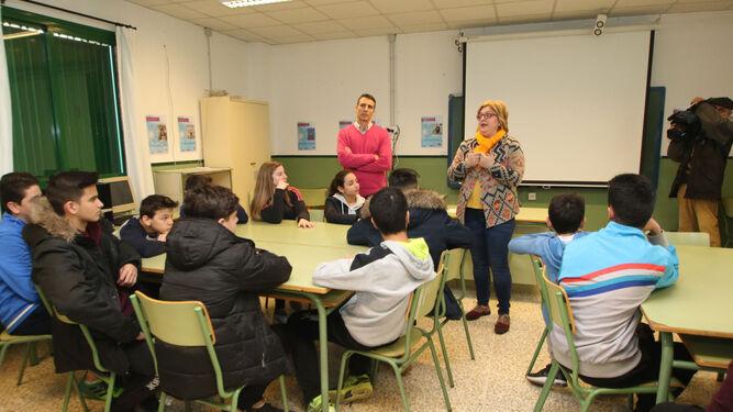 La coordinadora del IAM, Francisca Serrano, durante la charla impartida ayer por la mañana a los alumnos del IES Azcona de la capital.