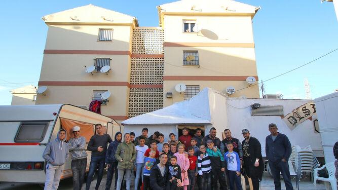 Miguel Ángel Ferre está arropado por sus vecinos. Todos se oponen a la demolición del camión-vivienda, ahora convertido en un estudio de grabación al que acuden sus hijos.
