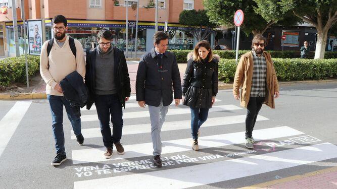 El alcalde, la edil de Cultura y los impulsores de la idea y del Plastic Festival, atravesando uno de los pasos de peatones.