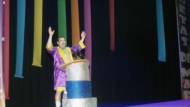 Paco Utrera que fue el pregonero del Carnaval se presentó como el protagonista de Rocky en el escenario.