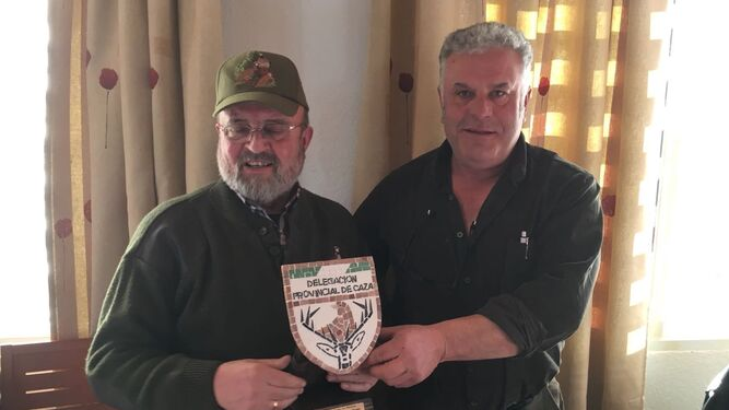 El alcalde de Bacares entrega el trofeo al primer clasificado, Agustín Gallardo.