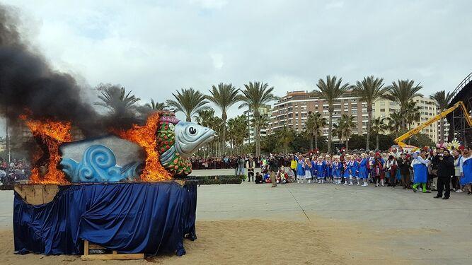 Cientos de personas dan su adiós al Carnaval con el Entierro de la Sardina