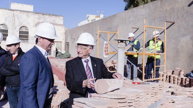 Javier Aureliano García, y Gabriel Amat, vicepresidente y presidente de Diputación, junto a las tejas que se están remplazando.