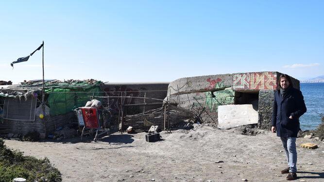 El concejal de Ciudadanos Rafael Burgos muestra las condiciones actuales del conjunto de búnker situado en la desembocadura del río, utilizado como vivienda refugio.