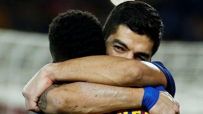 Abrazo de Suárez a Dembele tras uno de sus goles.