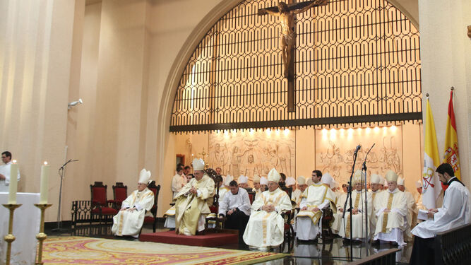 Ginés García, en el centro, arropado por más de 35 obispos, arzobispos y cardenales de toda España.