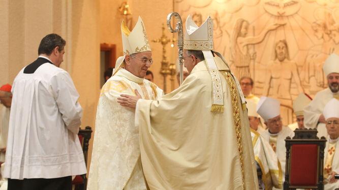 Gines García levantado el cáliz en su primera eucaristía como obispo.