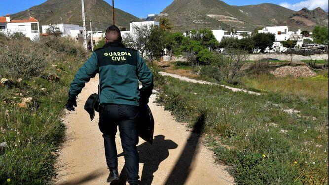 Un guardia civil recorre el camino por el que anduvo el niño.