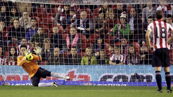 Alves detiene un penalti en el viejo San Mamés al Athletic, su víctima preferida. En concreto, chutó San José.