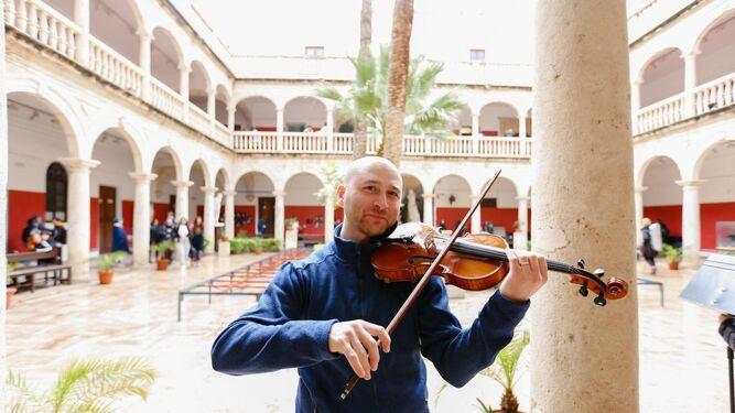 Los usuarios del Mercado Central se vieron sorprendidos por los músicos de la Orquesta EU.Terpe.