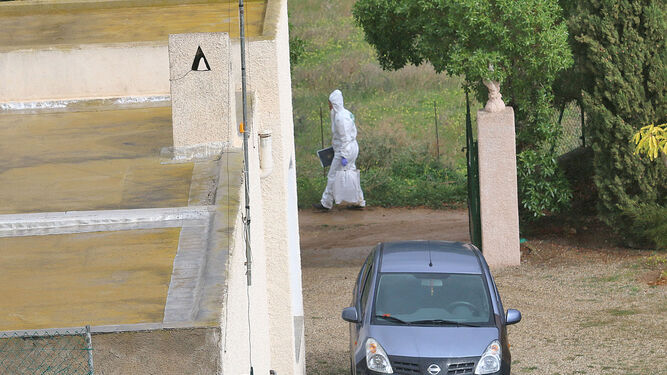 Uno de los agentes de la Policía Científica recorre el camino en el que desapareció Gabriel.
