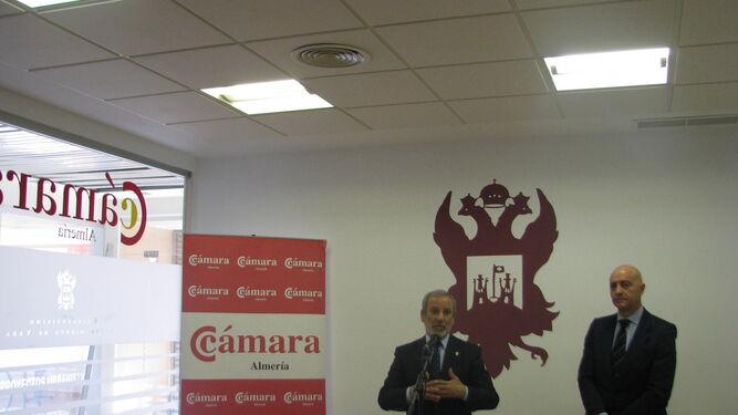 El alcalde de Vera y el presidente de la Cámara de Comercio ayer durante la presentación de la nueva sede.