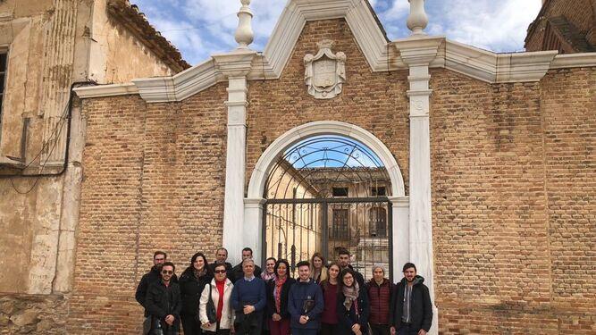 El equipo de gobierno con los estudiantes y profesores de los estudiantes de Granada.