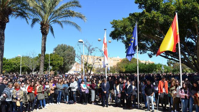 Cinco minutos de silencio de la comunidad universitaria en el campus de La Cañada.