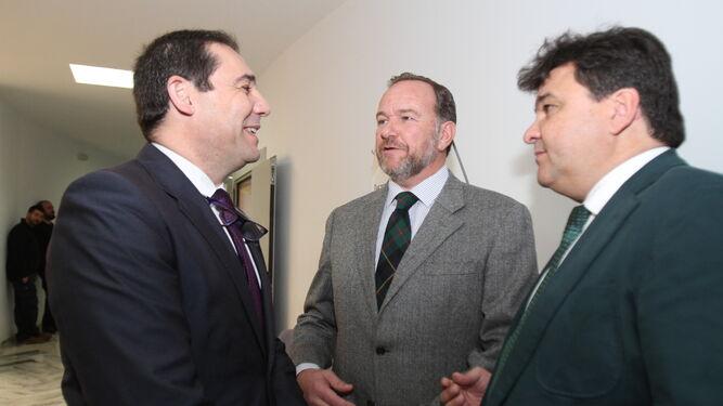 José Luis Ramos junto al presidente de la Federación Onubense de Empresarios, José Luis García-Palacios, en presencia del alcalde de la capital, Gabriel Cruz, momentos antes del inicio del evento.