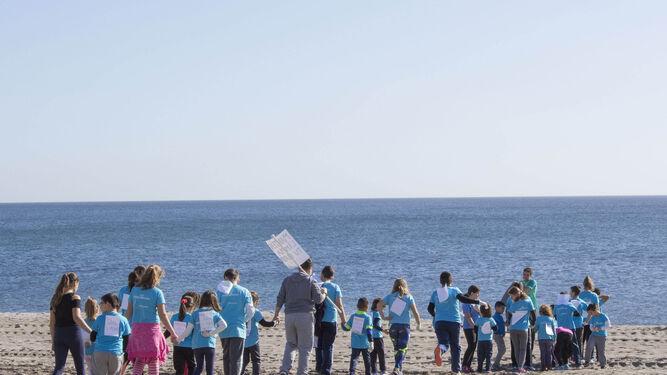Un grupo de alumnos del CEIP Federico García Lorca se preparan para iniciar la recogida de basura.