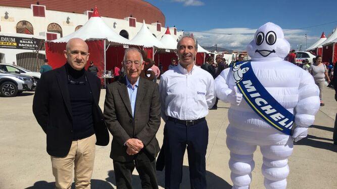 Resposnables de la Fundación Michelin España Portugal junto al alcalde de Roquetas, Gabriel Amat.
