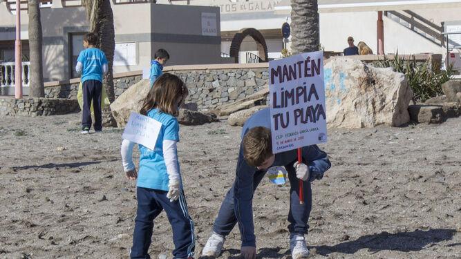 Los pequeños se implicaron en esta actividad de Ecoescuelas.