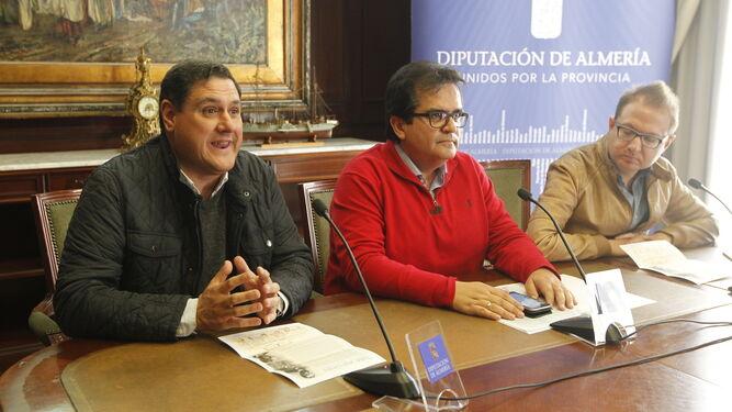 El diputado de Cultura, Antonio Jesús Rodríguez con Francisco Alonso, responsable del IEA y José Francisco García, coordinador de la actividad.