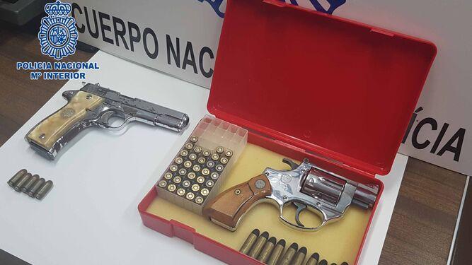 Armas intervenidas por la Policía Nacional durante la operación.