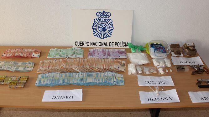 Dinero en efectivo que la Policía Nacional ha hallado en los domicilios que han sido registrados, así como droga preparada para su distribución.