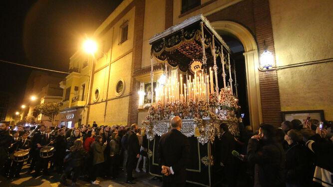 El palio de María Santísima del Consuelo saliendo de San Agustín.