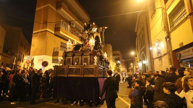 El misterio del Santísimo Cristo de la Redención en su sagrado Descendimiento buscando la calle Noria.