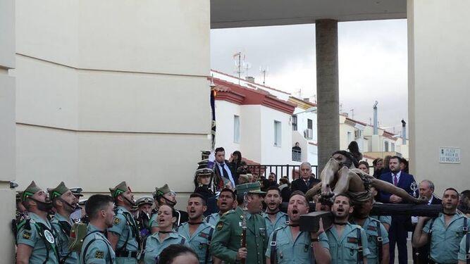 Emocionante salida del Santísimo Cristo de la Buena Muerte a hombros de los legionarios.