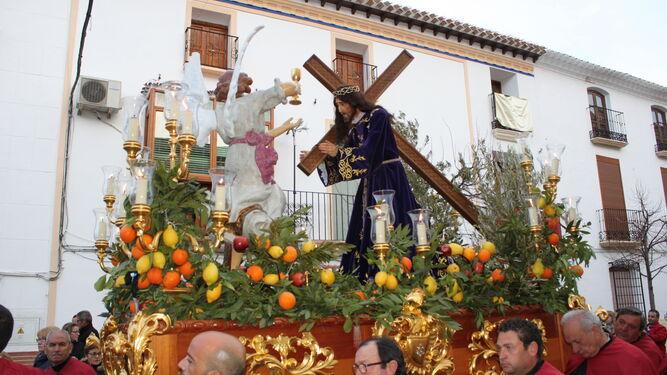Frutas y laureles adornan el paso del Nazareno