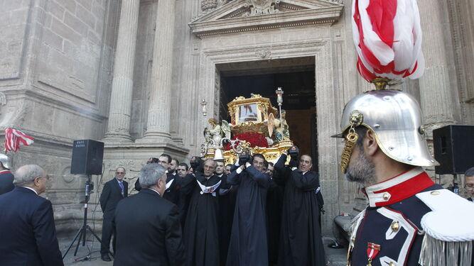 El Santo Sepulcro saliendo de la Catedral en la tarde del Viernes Santo.