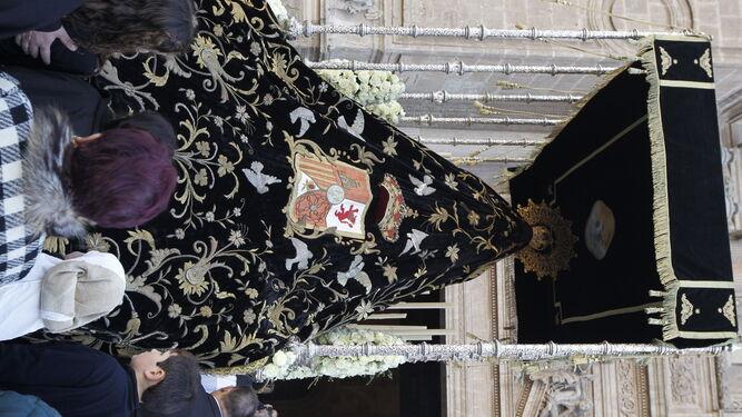 El palio de Nuestra Señora de los Dolores entrando a la Catedral.