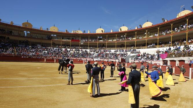 Momento del paseillo, ritual que abrió el festival en l amatinal de ayer.