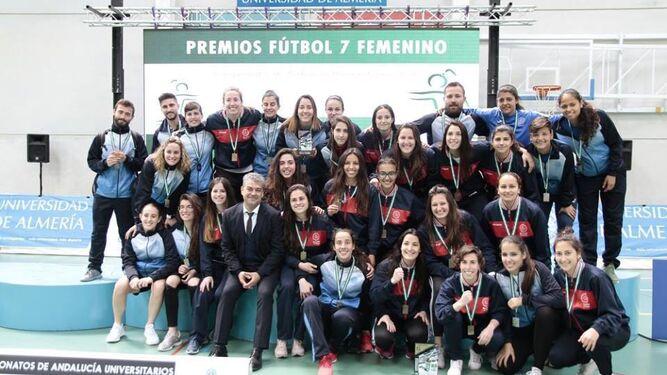 El rector de la UAL, Carmelo Rodríguez, posa con la selección de fútbol femenino que ha representado a la universidad almeriense en estos CAU.
