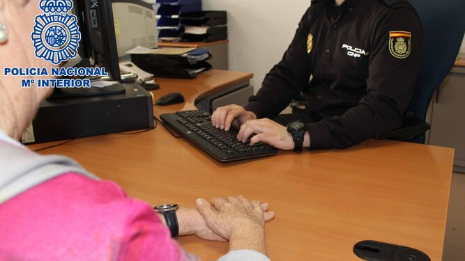 Detenida una cuidadora por robar euros y joyas a for Oficina y denuncia comentario
