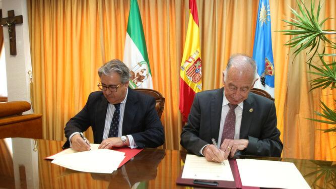 Juan Ignacio Zoido y Gabriel Amat, en el momento de la rúbrica del protocolo que derivará en un sustancial refuerzo de agentes y medios de la Guardia Civil en Roquetas.