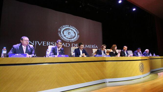 Expertos, empresarios y políticos que integraron la mesa redonda donde se debatieron ideas y propuestas para el impulso gastronómico y turístico de Almería.