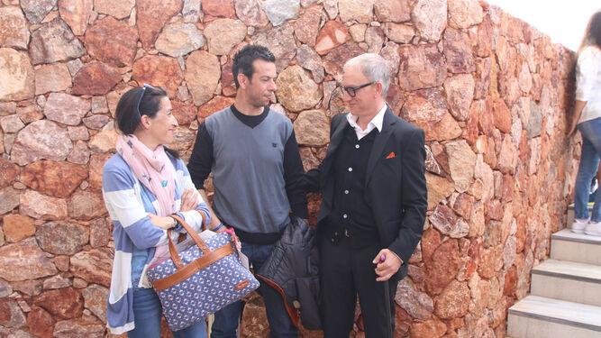 Los padres de Gabriel, junto a su psicólogo, que les está guiando en el tránsito del duelo por su hijo.