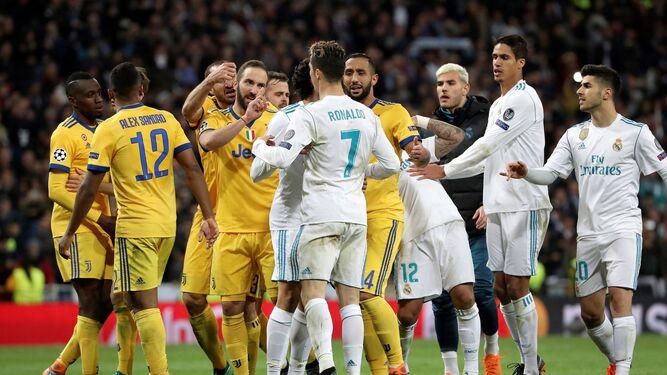 Los jugadores de la Juventus protestan el penalti.