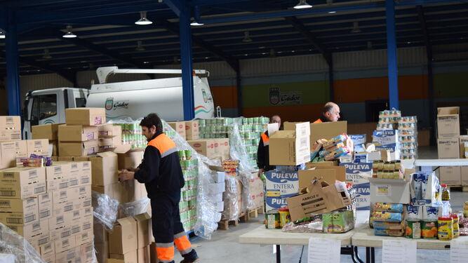 La distribución de alimentos se está realizando en la Nave Municipal.