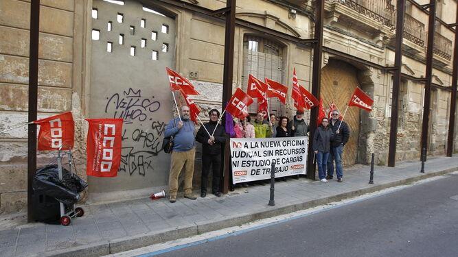 Los sindicalistas se concentraron a las puertas del Colegio de Abogados.